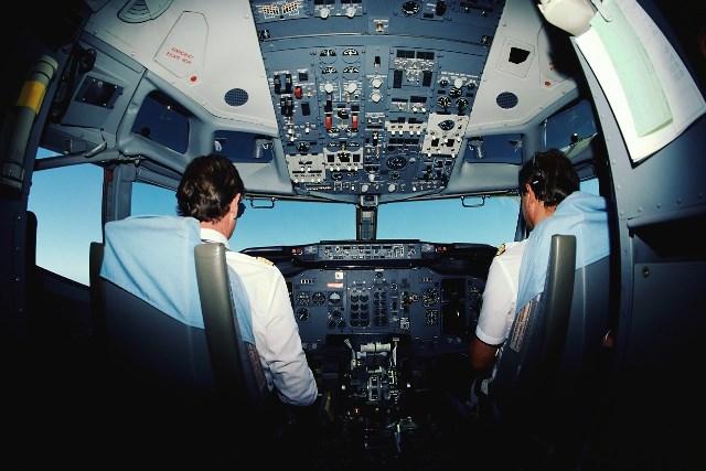 Cockpit_pilots_airplane_2
